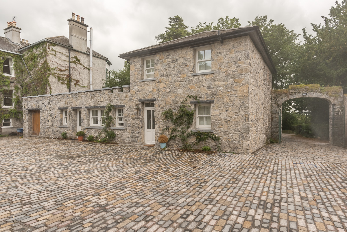 coach house, courtyard, cobblestones accommodation